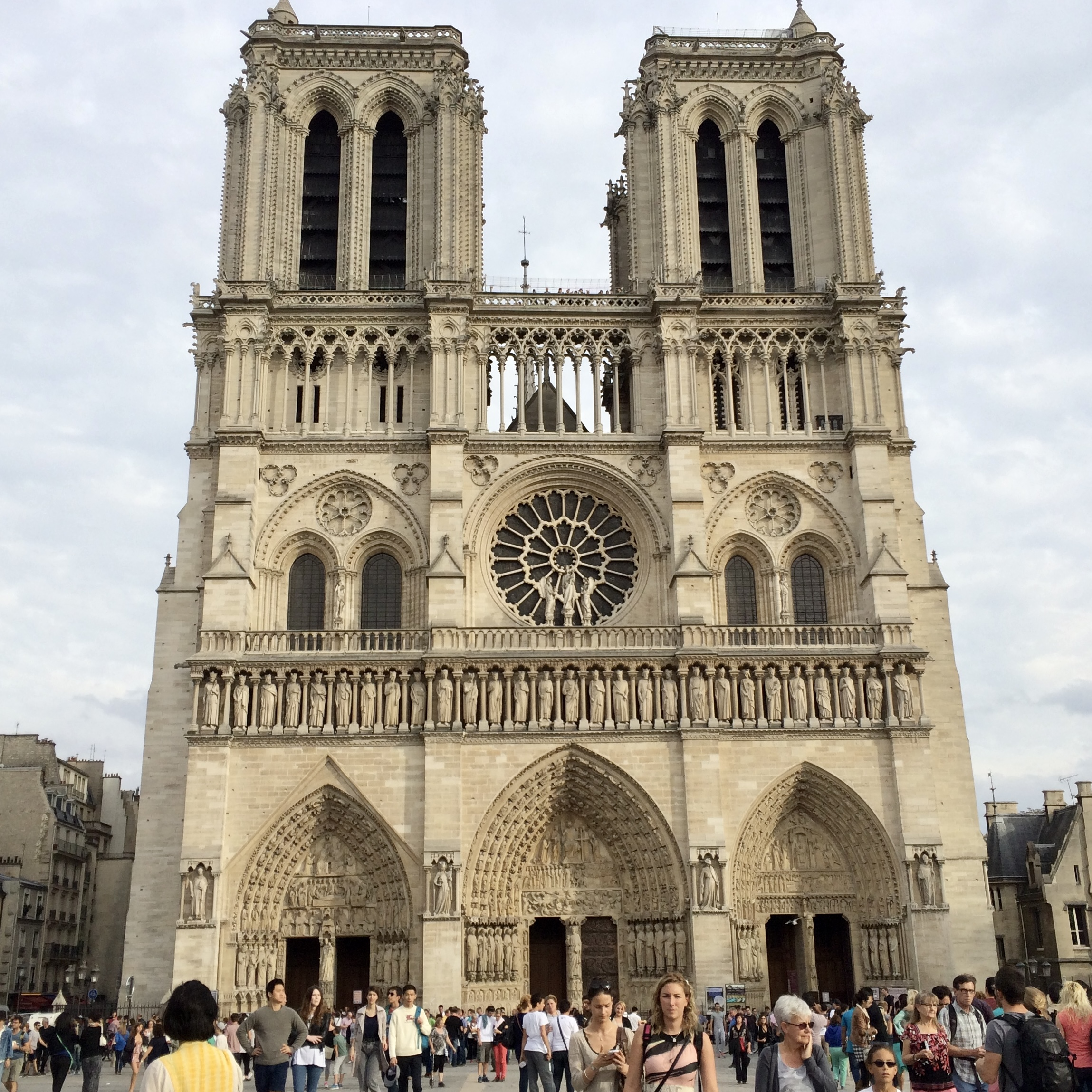 Read more about the article Protégé: 9. Face à Notre Dame de Paris : Catherine, Mary, Michèle